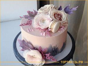 Небольшой вкусный свадебный торт с цветами