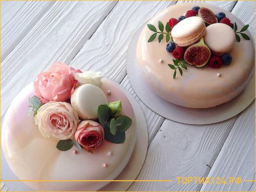 Свадебный муссовый торт с цветами и розовой глазурью