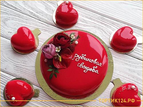 Красный муссовый торт на рубиновую свадьбу