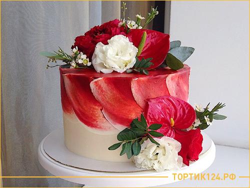 Красный красивый свадебный торт из бисквита