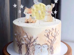 Красивый бисквитный торт с зверушками для ребенка