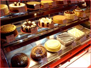 Вкусные и красивые готовые торты в кондитерской
