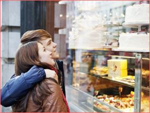 Кондитерский магазин с готовыми тортами на витрине