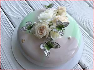 Муссовый торт с бабочками и цветами на свадьбу