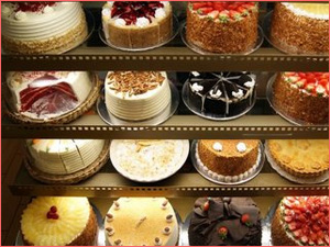 Витрина кондитерского магазина с тортами