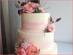 Бисквитный торт на свадьбу многоярусный с цветами