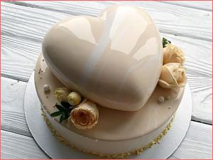 Муссовый свадебный торт в форме сердца