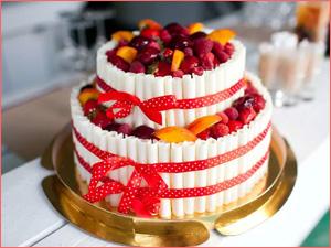 Торт на свадьбу с фруктами и ягодами