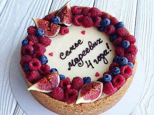 Ягодный и бисквитный торт на юбилей семьи