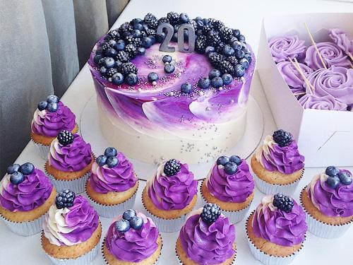 Торт на день рождения с ягодами и капкейками