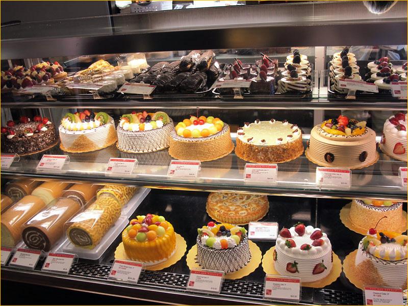 Витрина с различными тортами из кондитерской