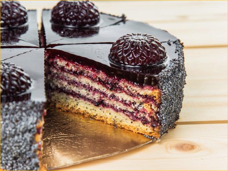 Торт с начинкой в разрезе с лесными ягодами