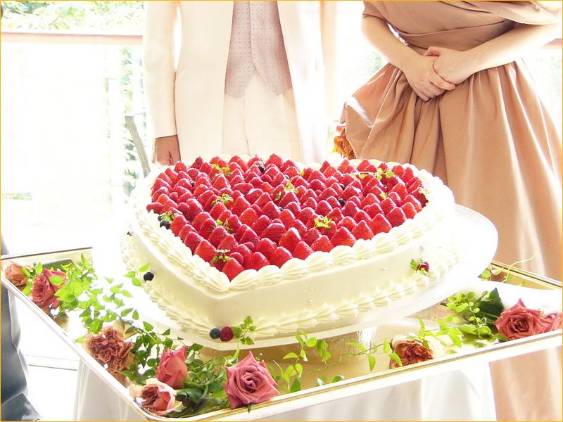 Торт с ягодами в виде сердца