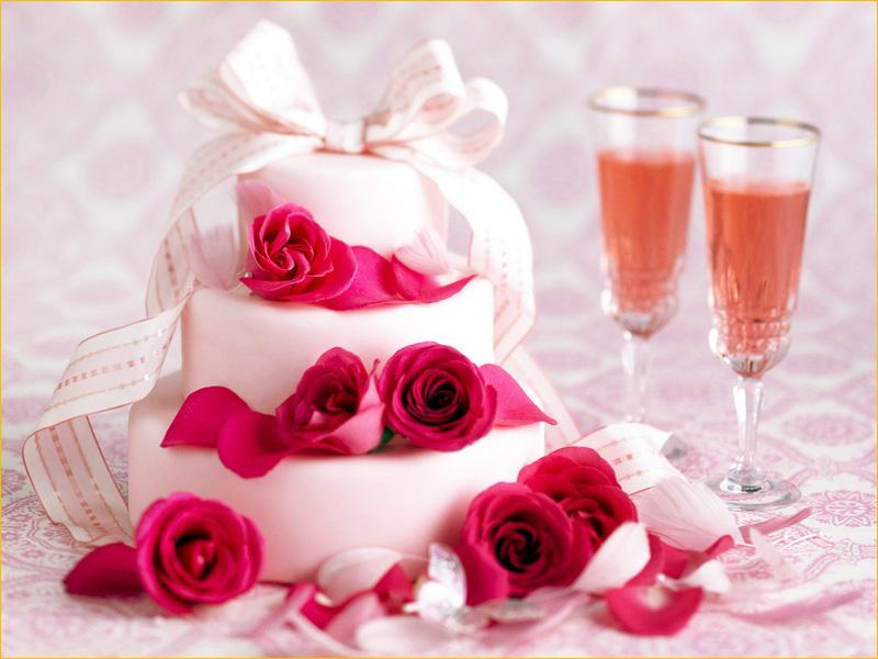Небольшой красивый торт с белой глазурью