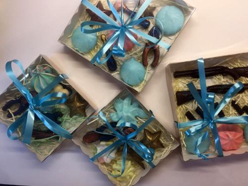 Разные коробки с конфетами