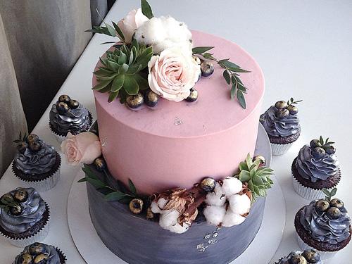 Бисквитный двухъярусный торт с капкейками