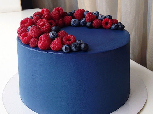 Синий бисквитный торт с ягодами