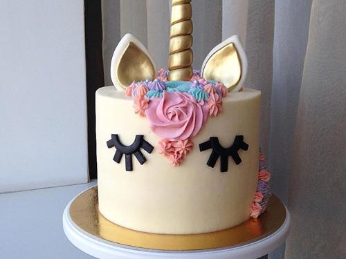 Бисквитный торт на день рождение девочки в виде единорога