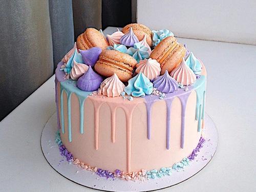 Бисквитный торт на праздник с капкейками