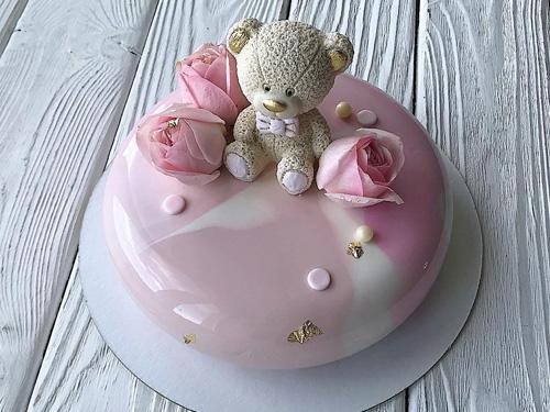 Муссовый торт с глазурью и мишкой с цветами
