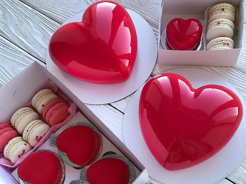 Муссовый торт в виде сердца на день влюбленных