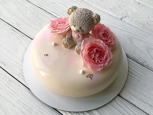 Светлый муссовый торт с мишкой и цветами