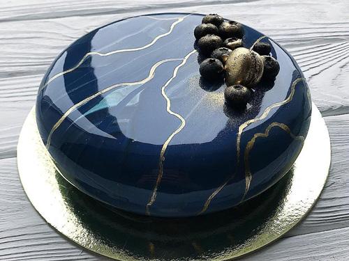 Муссовый торт с необычным рисунком и ягодами для мужчины