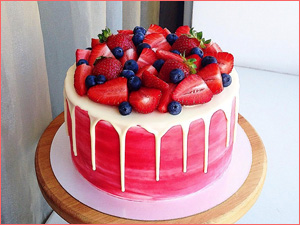 Розовый торт для девочки с ягодами и фруктами