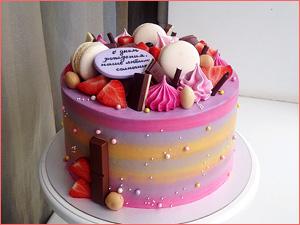 Розовый бисквитный торт с капкейками на день рождение