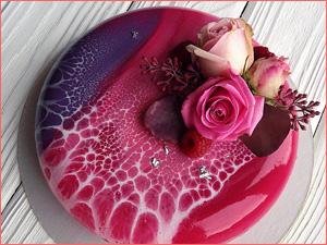 Розовый и ягодный муссовый торт с цветами