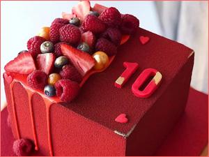 Ягодный красивый красный торт с ягодами