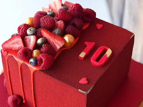 Красивый ягодный торт на день рождения с ягодами