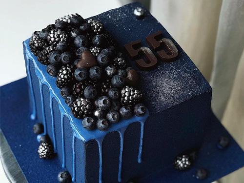 Бисквитный торт с лесными ягодами ежевика