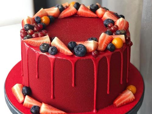 Красивый ягодный торт с брусникой, клубникой, черникой