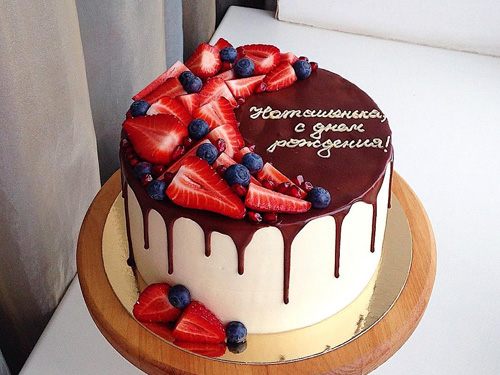 Торт с клубникой и другими ягодами на день рождение