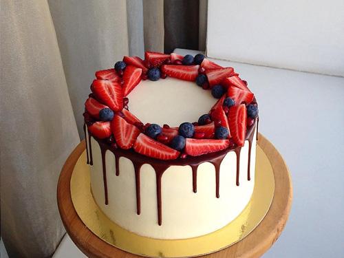 Простой бисквитный торт с украшением из ягод