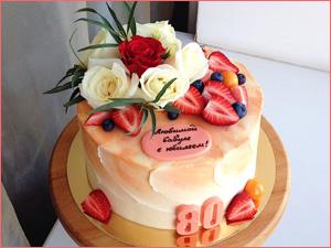 Бисквитный торт на юбилей бабушке 80 лет украшенный ягодами и цветами